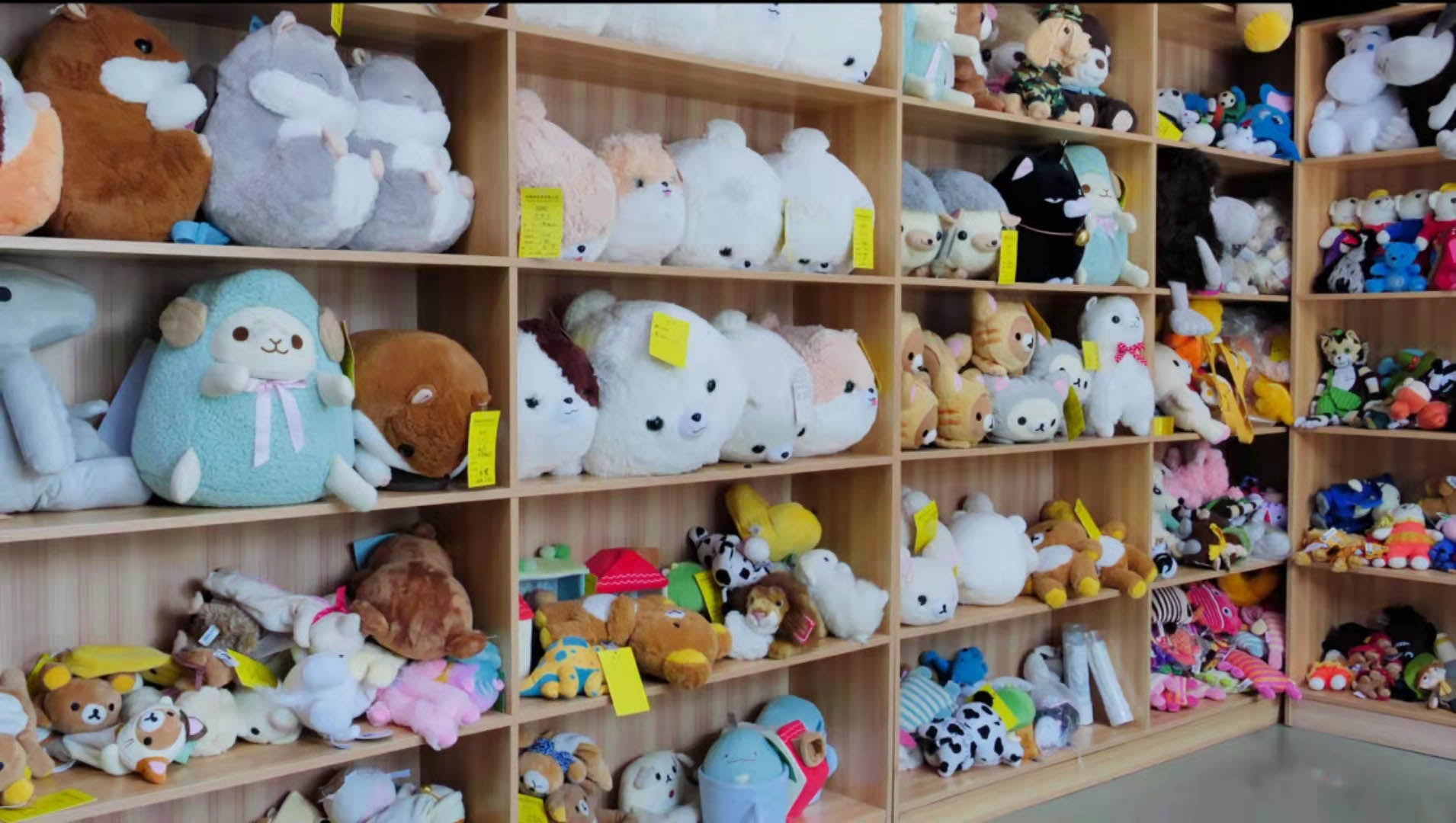 The sample racks of our plush toy factory are filled with prototypes made for various customers in recent years, which is enough to show that we have a wealth of experience in customizing plush toys with artwork.