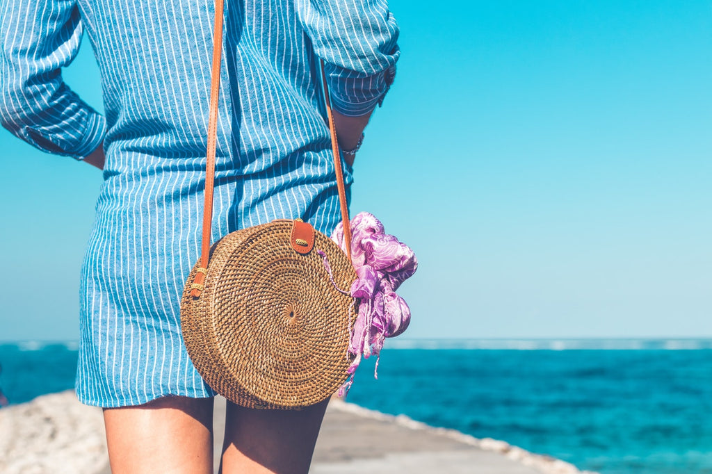 a chic summer look with a round straw bag-himoda